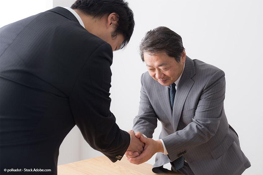 Aisatsu Verbeugung mit Händedruck