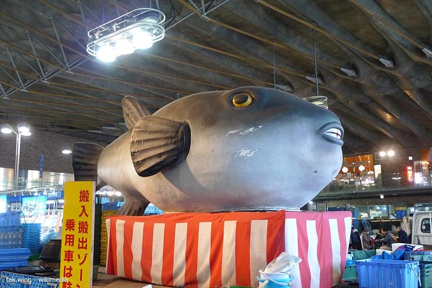 Eine große Kugelfisch Figur zeigt, dass man hier Fugu kaufen kann.