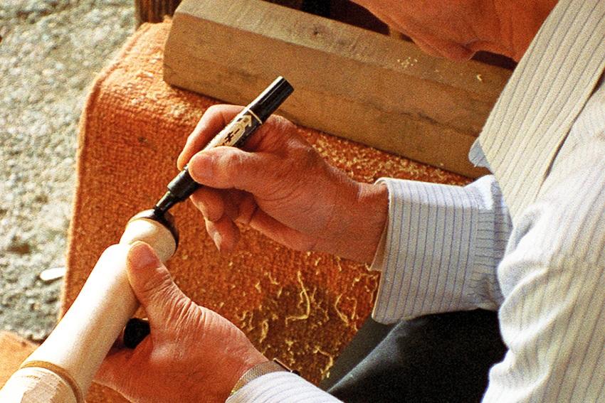 Herstellung Kokeshi in Handarbeit