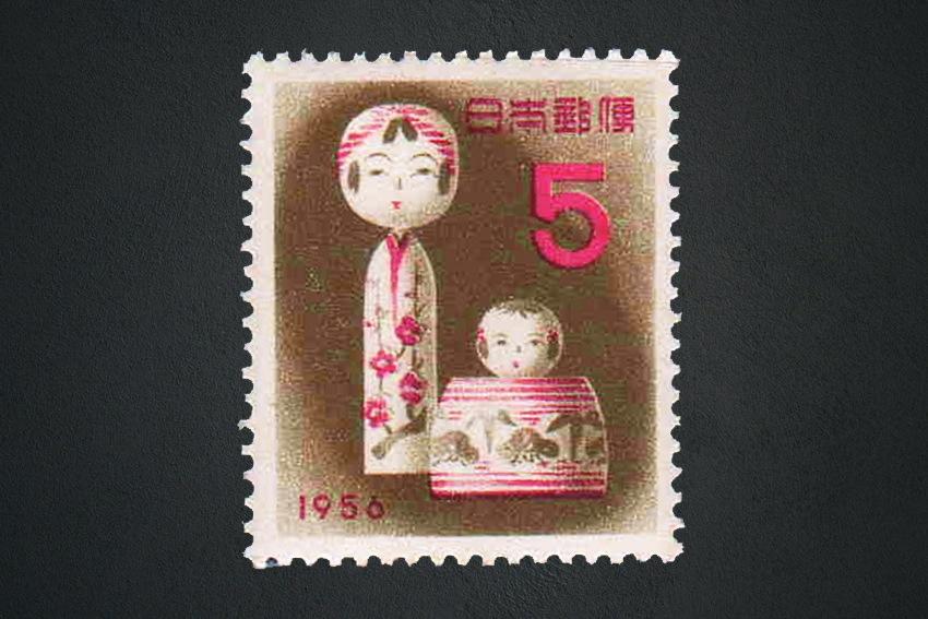 Japanische Briefmarke mit Kokeshi-Motiv