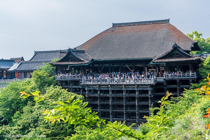 Der Kiyomizu-dera Tempel mit vielen Touristen