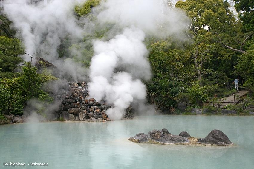 Die Zugreise führt durch Kyūshū, wo es viele heiße Quellen gibt.