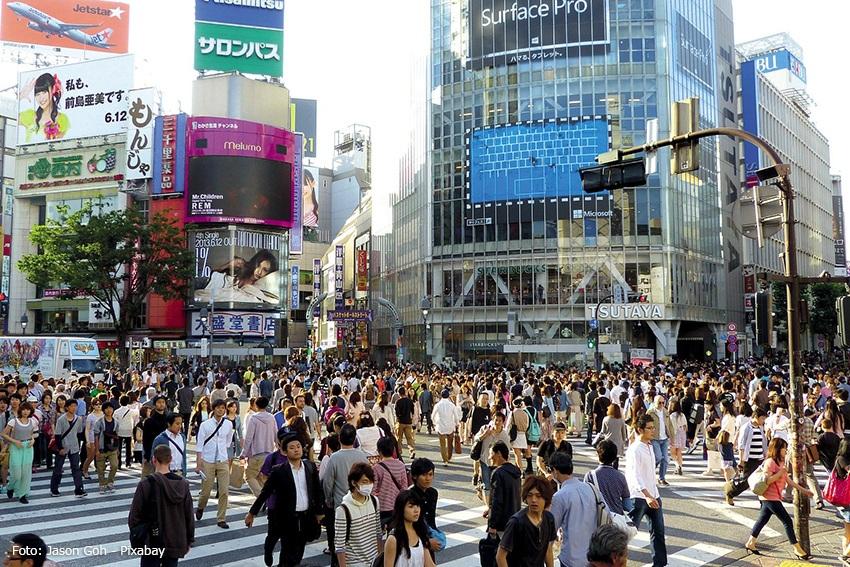 Eine belebte Strasse in Tokio.