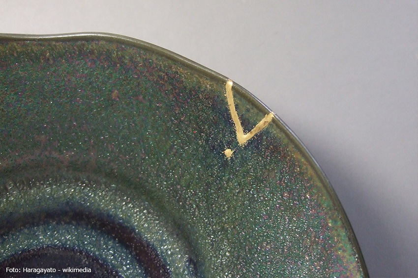 Wabi-Sabi Keramik mit kleinem Goldriss