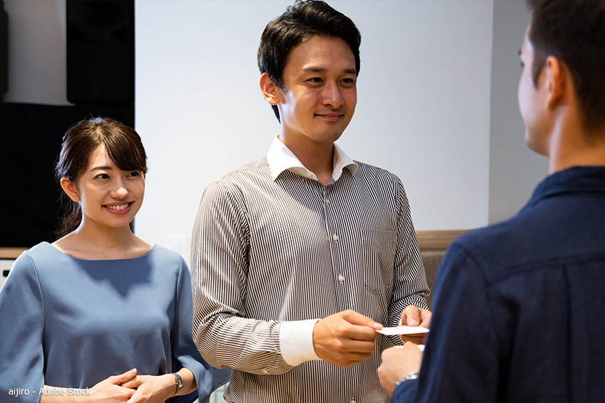 Japanische Begrüßung mit Visitenkarte