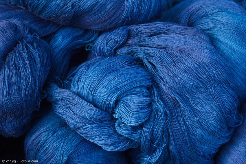 Aizome, das Indigo-Färben, hat eine jahrhundertelange Tradition in Japan. Charakteristisch für Aizome gefärbte Stoffe ist die tiefblaue Farbe.