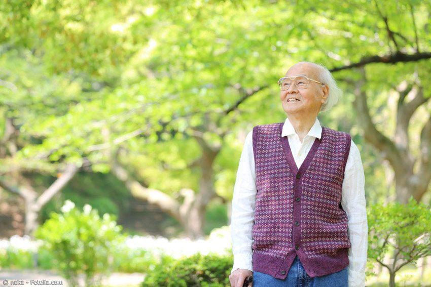 Altern in Japan ist anders als im Rest der Welt. Trotz des oft stressigen Alltagslebens werden hier die Menschen oft besonders alt. Mögliche Gründe gibt es viele.