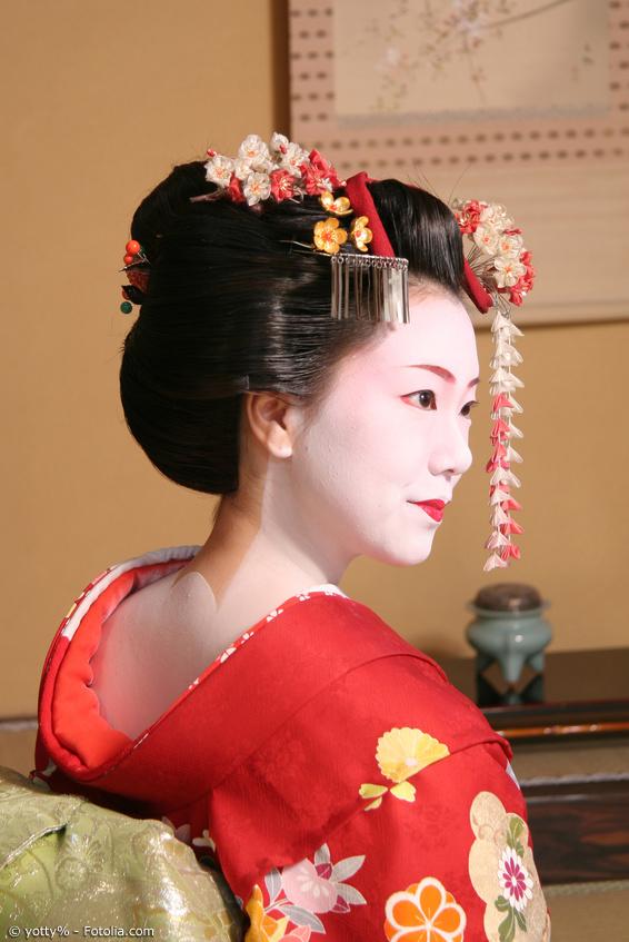 Geisha mit Kanzashi Blüten-Ornamenten im Haar
