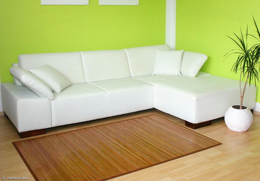 Bambusteppich vor moderner Couch
