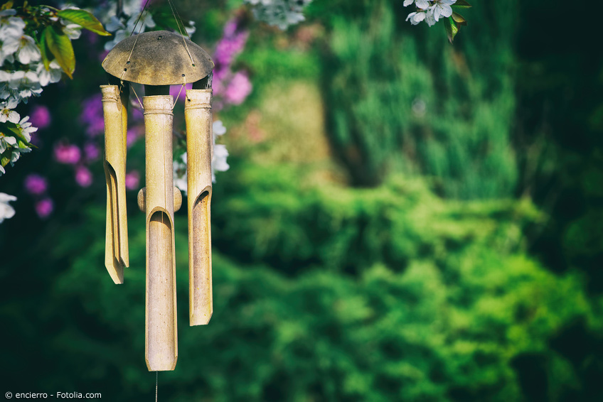 Windspiel aus Bambus an einem Kirschbaum