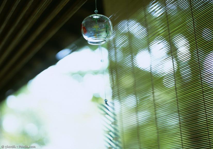 Japanisches Glas-Windspiel vor Bambusrollo und Sommertag
