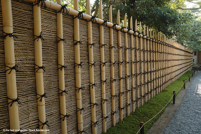 Ein mit der klassischen Knotentechnik verbundener Bambuszaun