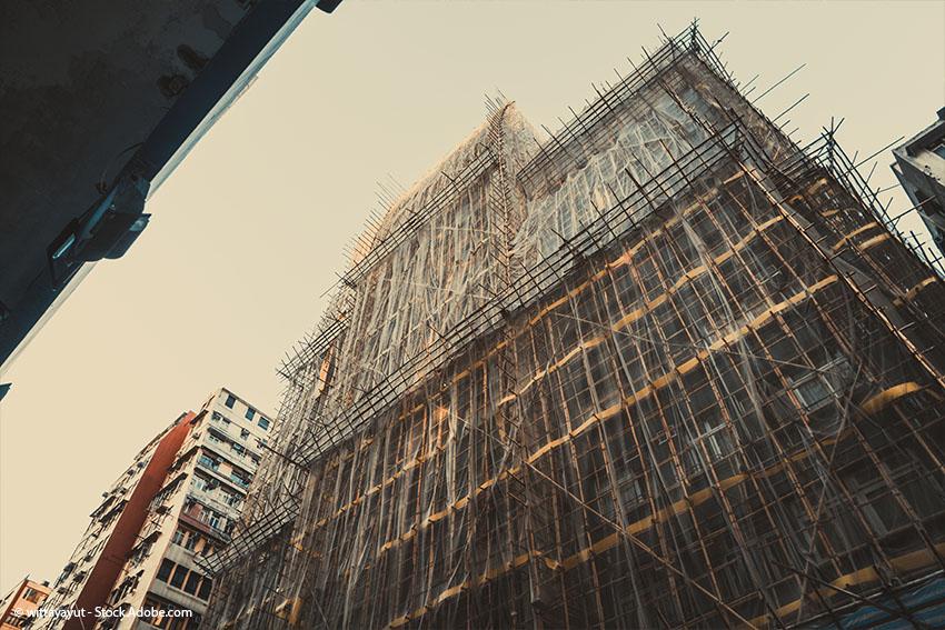 Hochhaus-Baustelle in Asien mit Gerüsten aus Bambusstangen