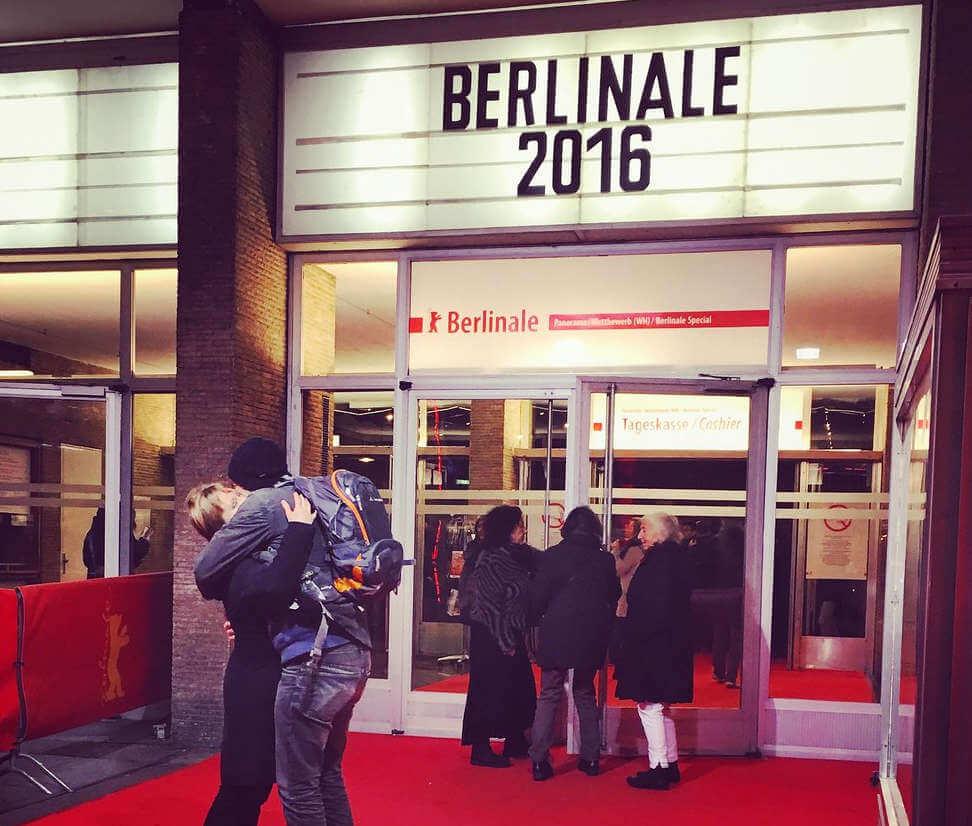 Liebende vor einem Berlinale Kino 2016