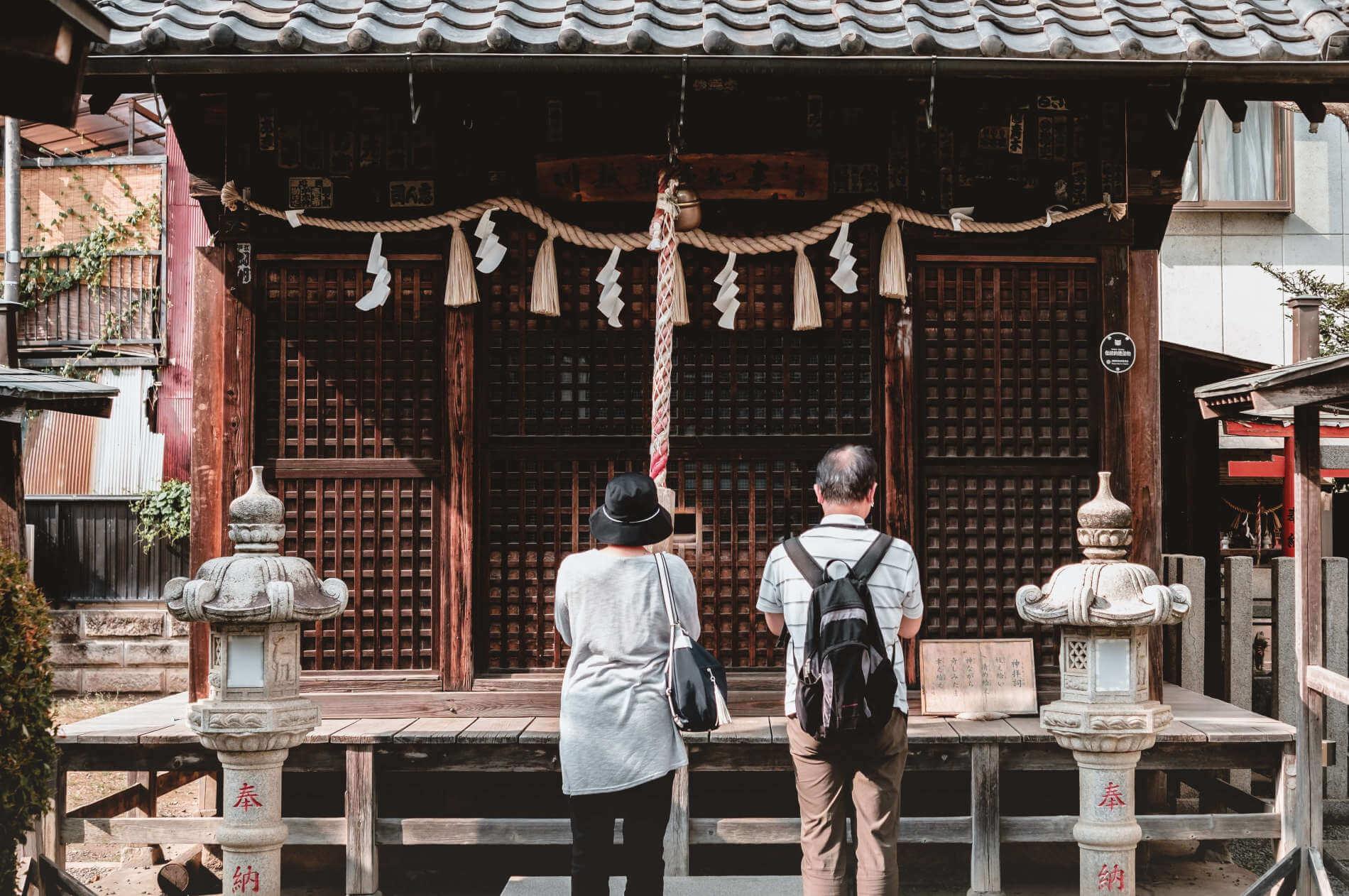 Zwei Japaner beten vor dem Shinto-Schrein
