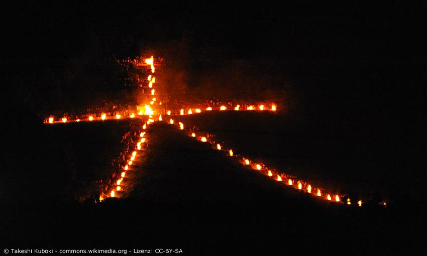 Brennendes Kanji Dai auf Berg Daimonji bei Kyoto