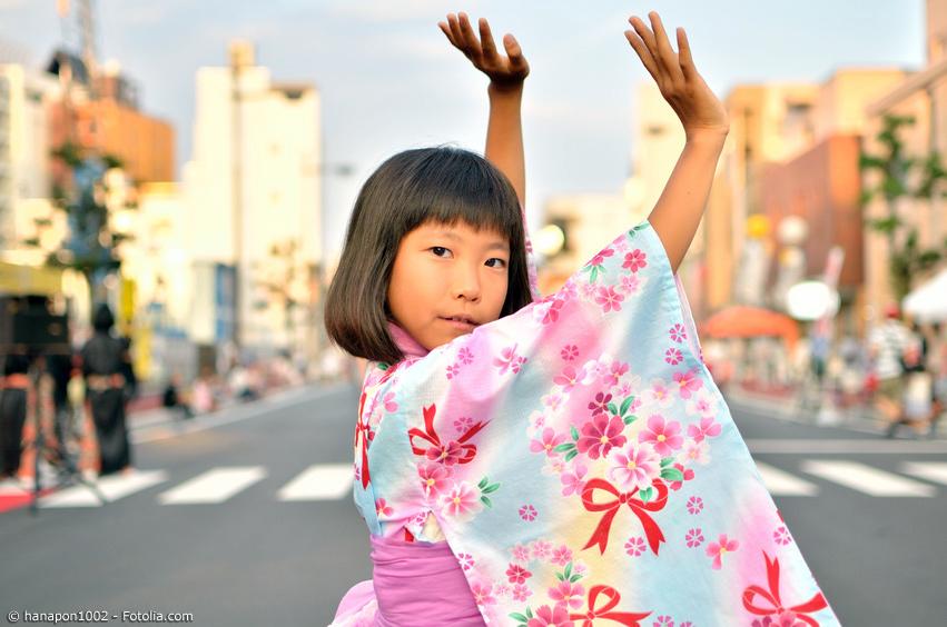 Junges Mädchen im Yukata zeigt Obon Tanz