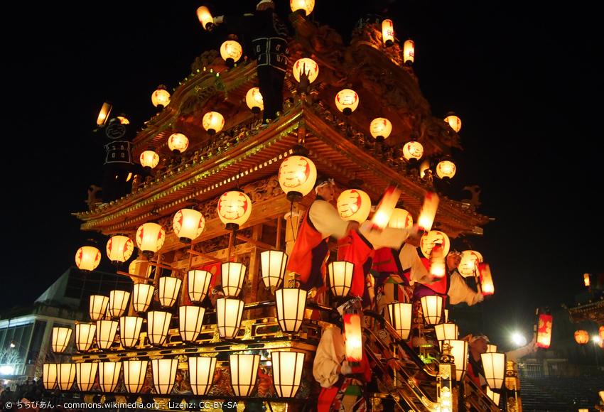 Großer beleuchteter Festwagen beim Nacht-Festival in Chichibu