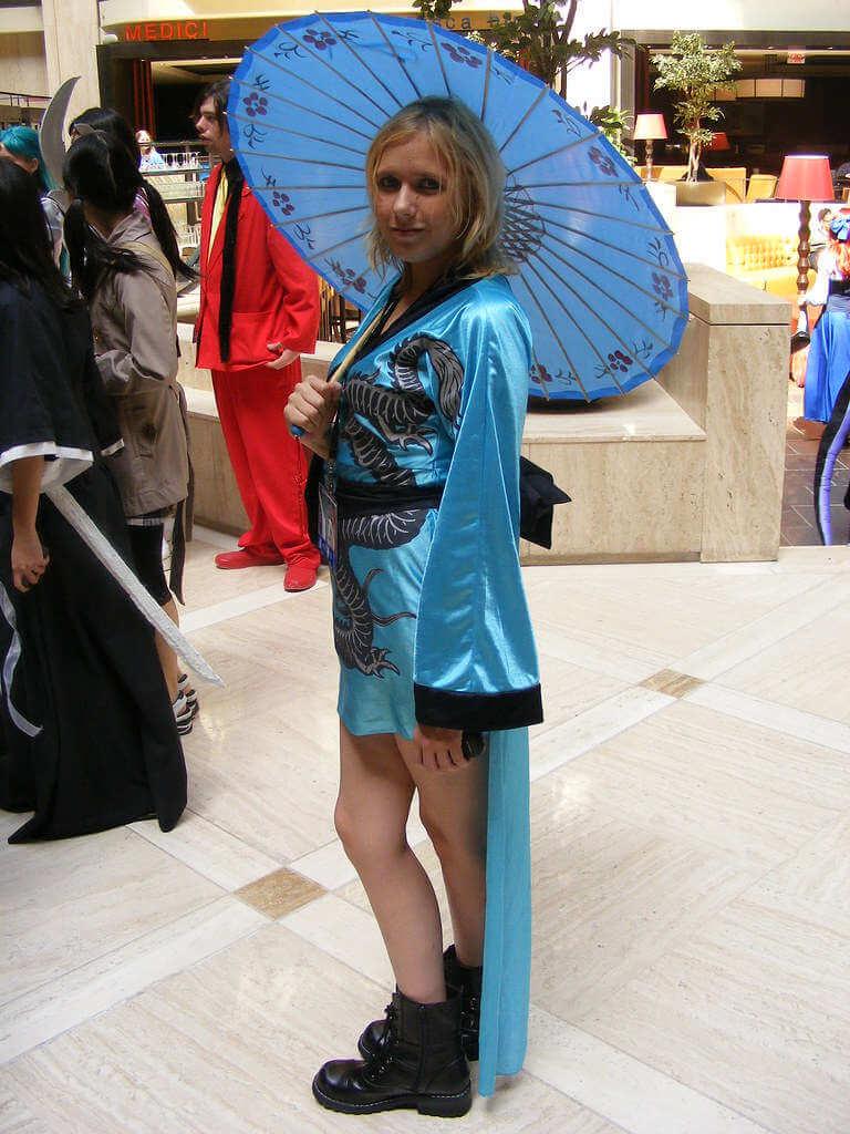 Ein junges Mädchen im blauen Kostüm