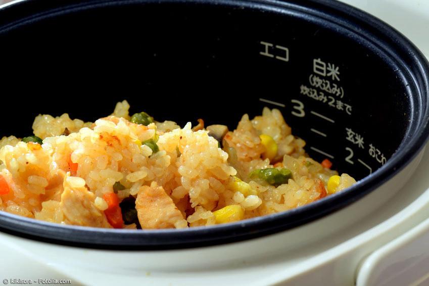 Mit einem Reiskocher gelingt der Reis immer perfekt, ohne viel Mühe. Dank der eingebauten Automatik schaltet der Reiskocher in den Warmhaltemodus, sobald der Reis fertig ist.