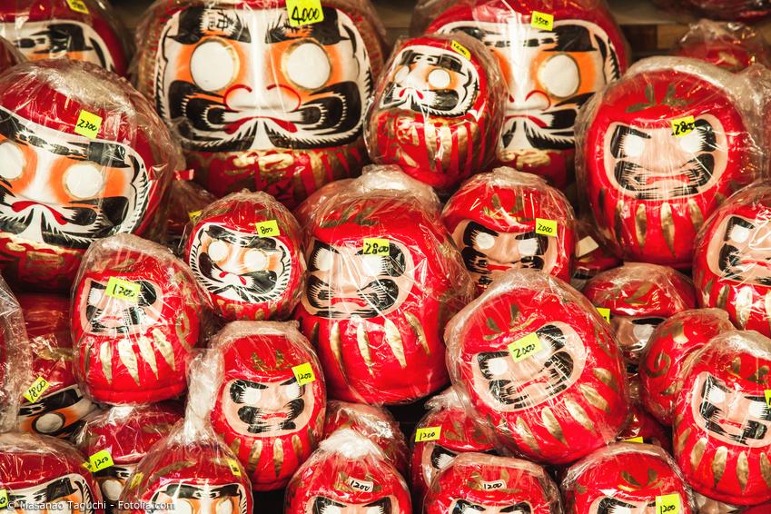 Verschiedene Daruma Puppen werden zum Verkauf angeboten