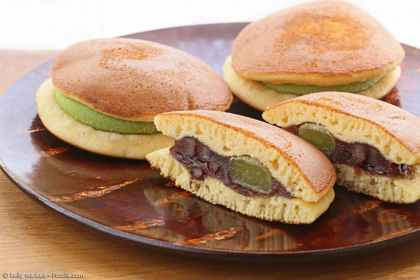 Dorayaki bestehen aus zwei weichen Pfannkuchen, in deren Mitte sich süße Bohnenpaste befindet. Den beliebten Snack kann man aber auch mit anderen Füllungen wie Nutella oder Marmelade zubereiten.