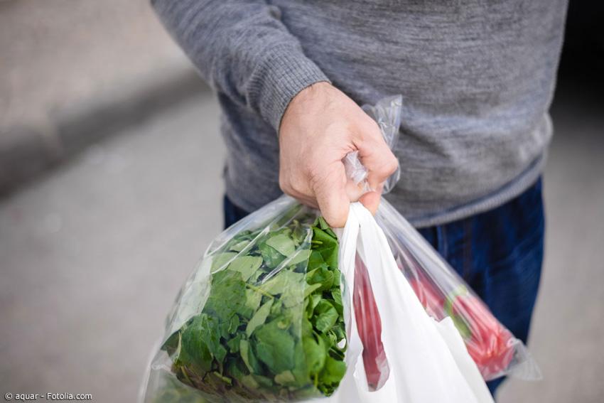 Oft ist frisches Gemüse in Plastik eingepackt und wird nach dem Bezahlen noch einmal in eine Plastiktüte gesteckt. Aber einige Supermärkte beginnen umzudenken.