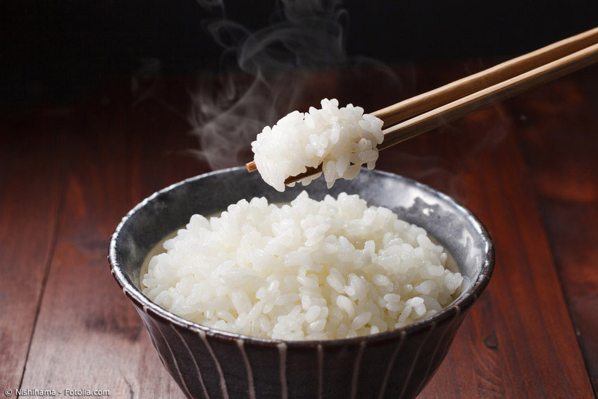 Das Essen mit Essstäbchen zu erlernen erfordert ein wenig Übung, lässt sich dann aber schnell meistern. Allerdings gibt es noch einige Verhaltensregeln, die man unbedingt beim Gebrauch von japanischen Essstäbchen beachten sollte.