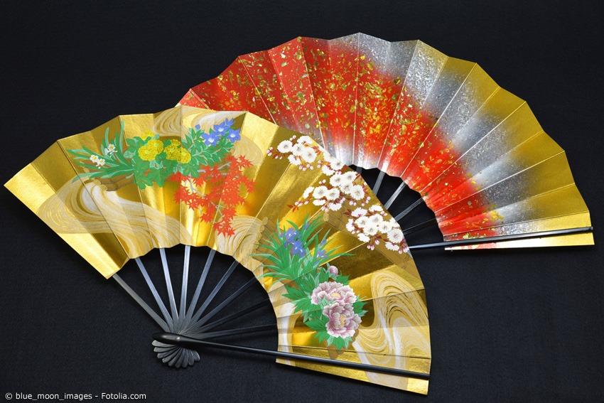 Faltfächer (Sensu oder Ogi) sind eine japanische Erfindung und galten früher als Statussymbol der oberen Bevölkerungsschicht. Teure Sensu sind aufwändig gefärbt und handbemalt.