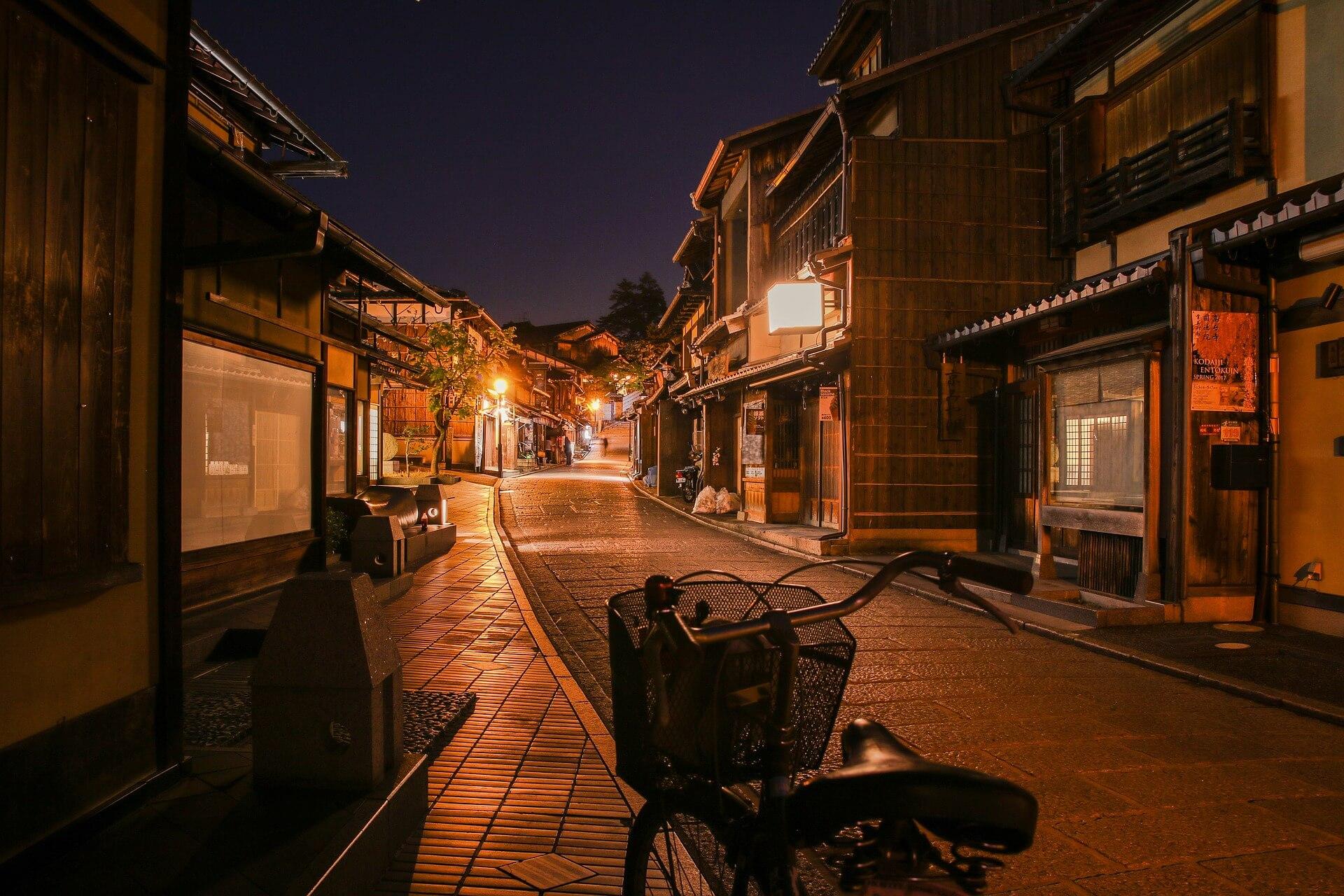 Ein Fahrrad im Abendlicht von Tokio