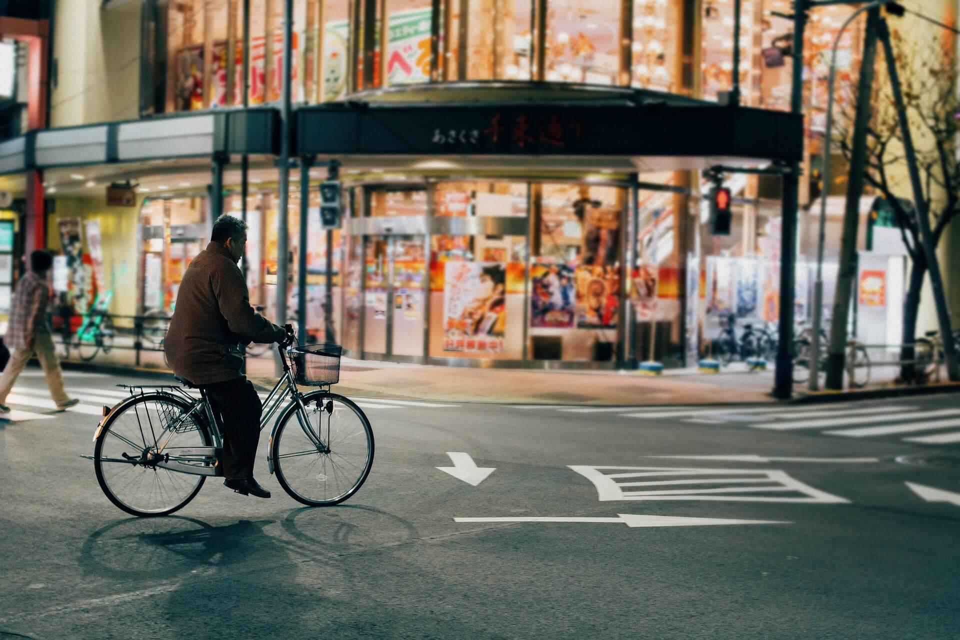 Fahrer eines Drahtesels in den Straßen Tokios