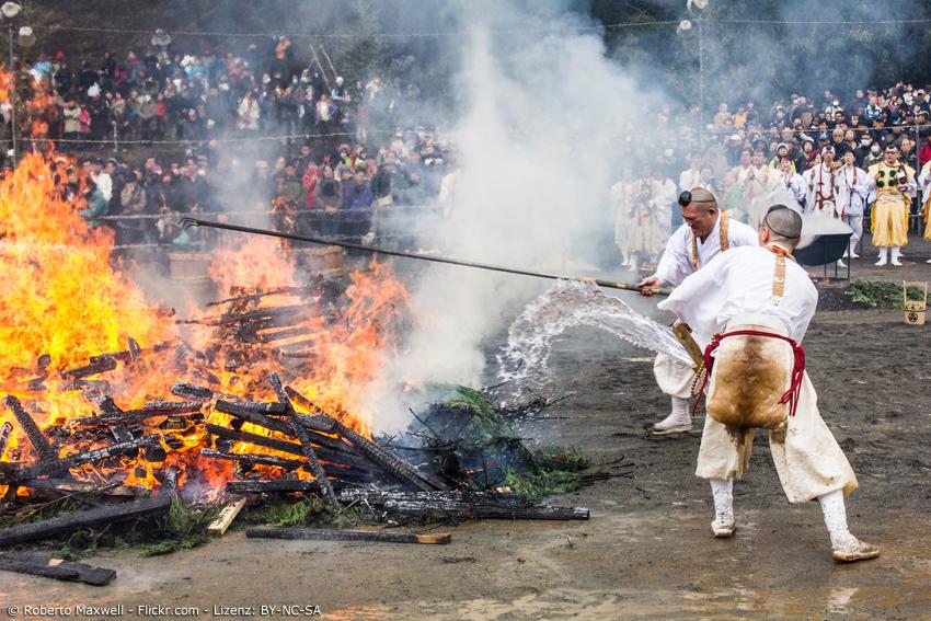 Zwei Priester an einem großen Feuer beim Feuerfestival in Nagoya