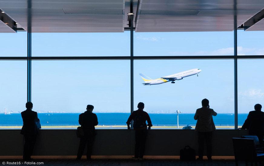 Für weite Strecken wie nach Okinawa oder nach Hokkaido, können sich Inlandsflüge rentieren. Oftmals gibt es spezielle Angebote der Fluggesellschaften, sodass sich neben Zeit auch Geld sparen lässt.
