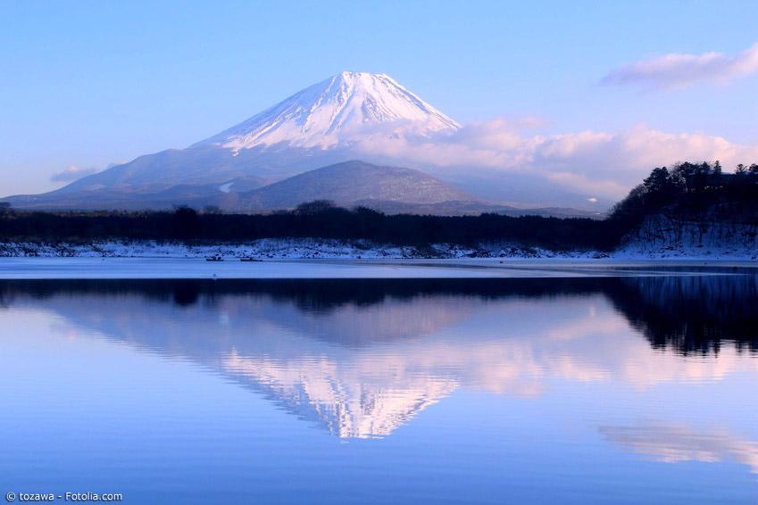 Japan ist auch im Winter eine Reise wert. Skifahren, Schneefeste und weitere Highlights locken Besucher aus der ganzen Welt an. Und der winterliche Fuji ist in der klaren Luft ein besonders schöner Anblick.