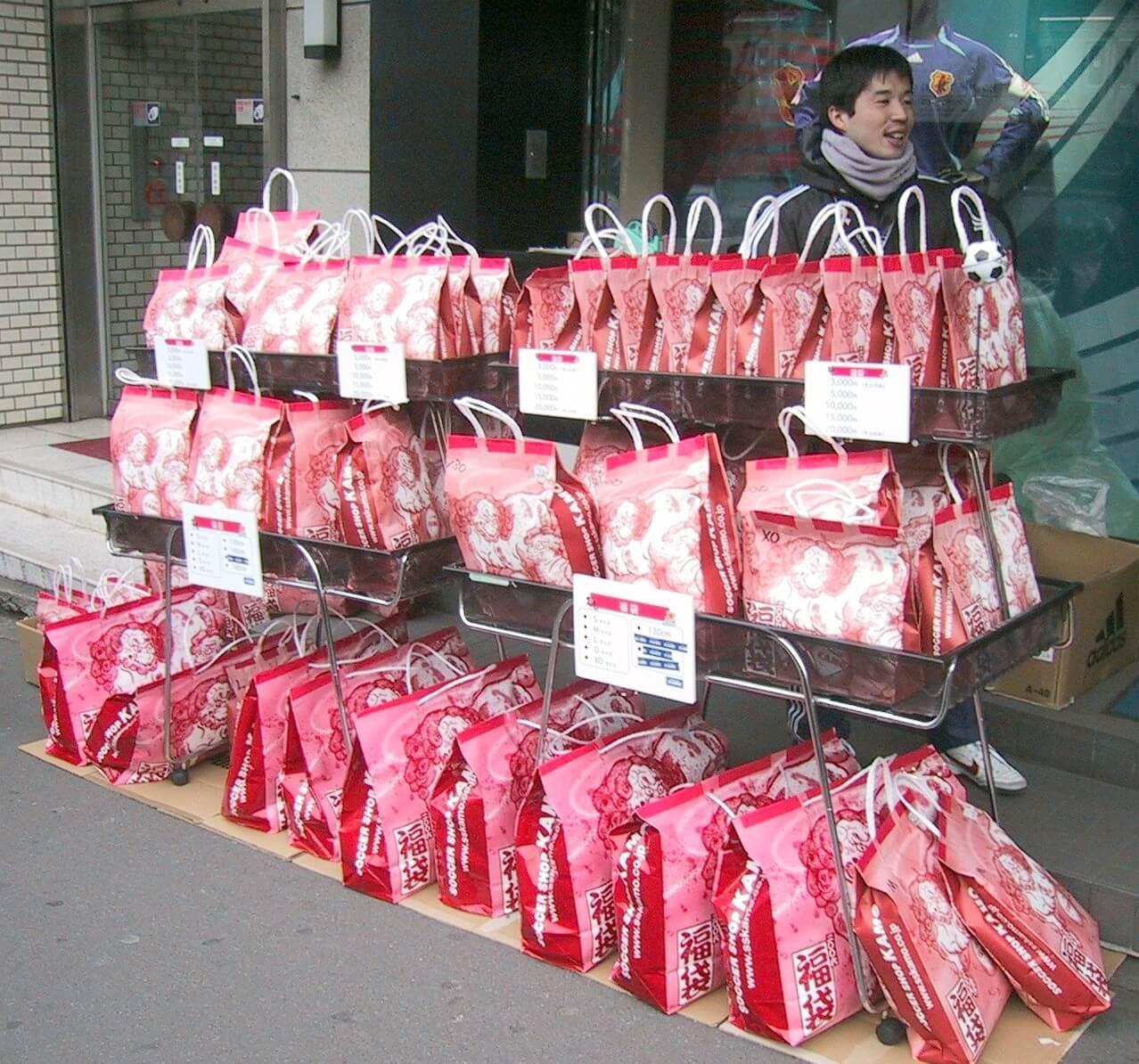 Lucky Bags gibt es in Japan zu Neujahr vor jedem Geschäft