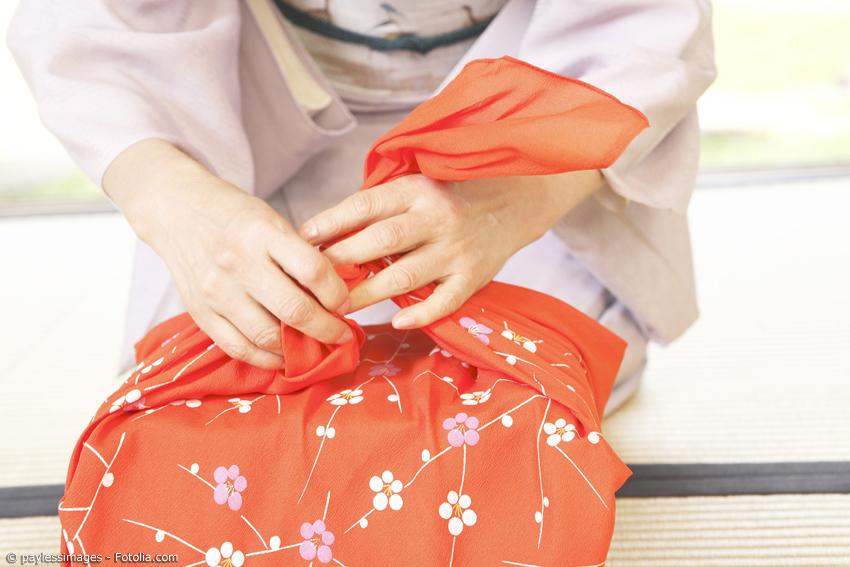 Furoshiki Tücher können auf verschiedene Arten gebunden werden. Soll es eine Geschenkverpackung oder lieber eine Tragetasche werden?