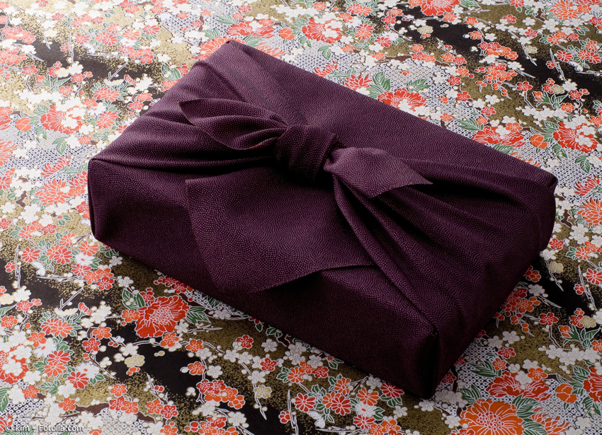 Die typische Falttechnik für Geschenke oder zum Einpacken von Bentoboxen ist schnell erlernt.