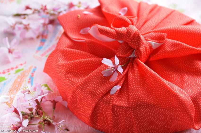 Ein Geburtstag steht an und ein Kuchen muss transportiert werden? Auch kein Problem für Furoshiki!