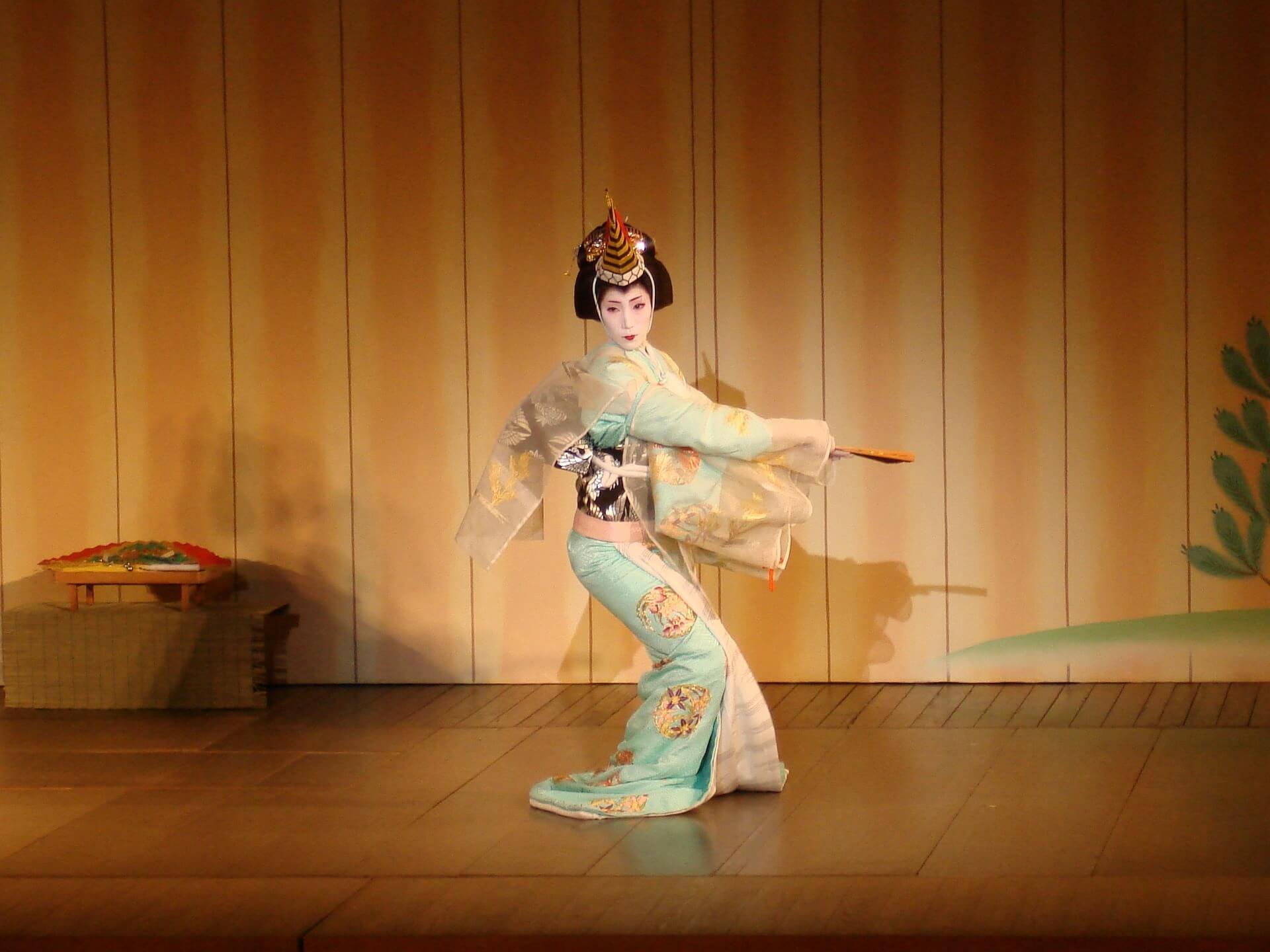 Darbietung einer Geisha auf der ühne