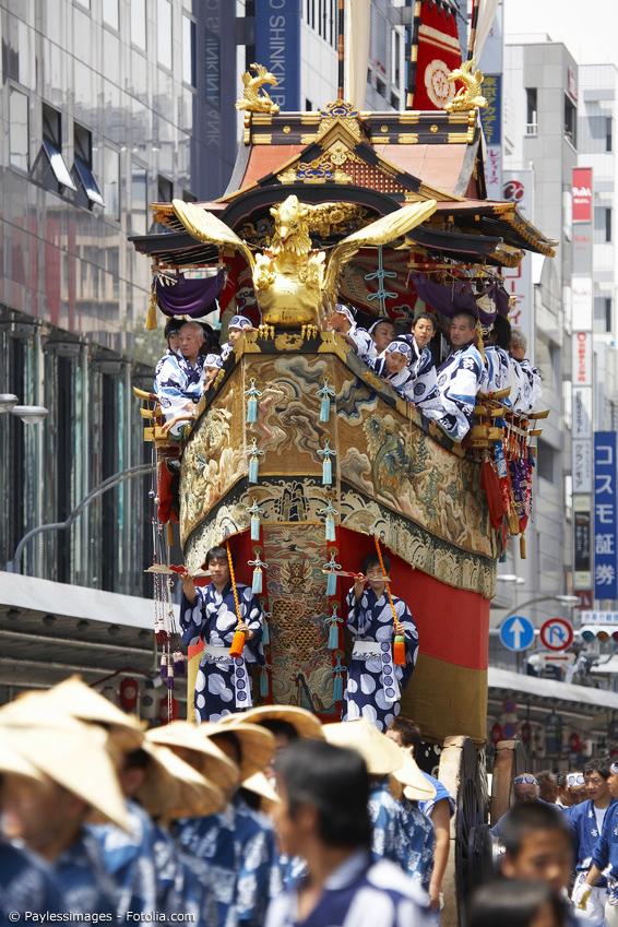 Festwagen mit Japanern in Festival-Kimono beim Gion Matsuri in Kyoto