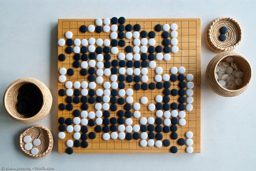 Go wird mit schwarzen und weißen Steinen gespielt, die abwechselnd auf einem 19x19 Felder großen Brett gespielt werden. Für Anfänger und Profis gibt es auch jeweils andere Brettgrößen.