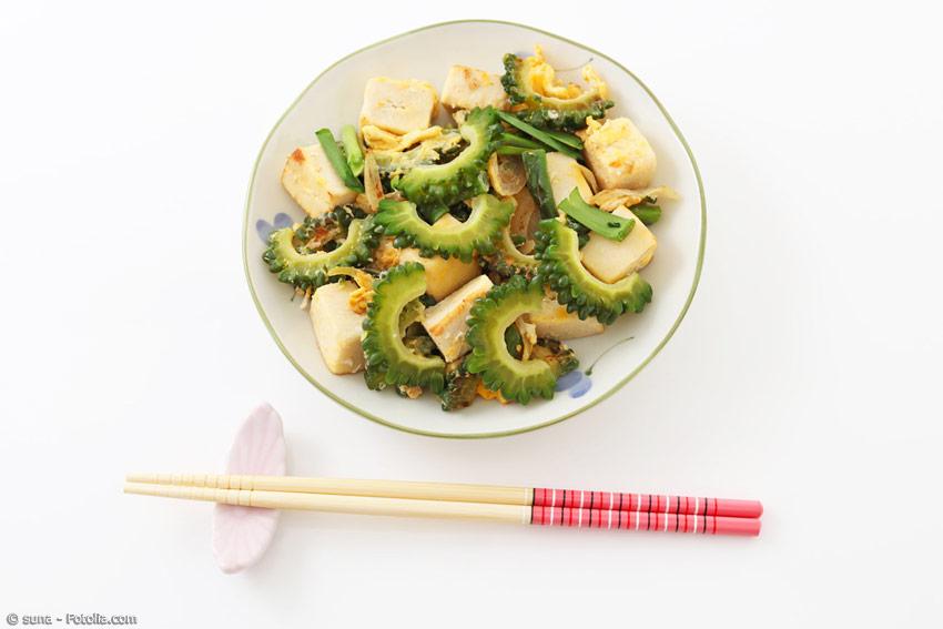 Die Zutaten für ein Goya-Chanpuru variieren je nach Geschmack, doch meistens wird es mit Tofu, Fleisch und Ei zubereitet. Als Beilage gibt es natürlich eine Schale Reis.