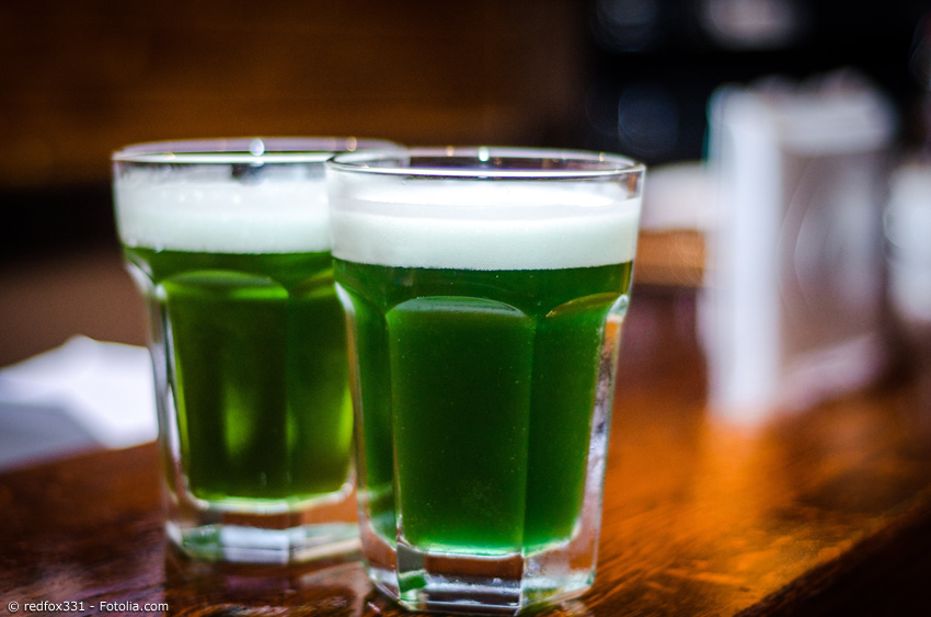 Grünes Bier in zwei Gläsern - Bier mit Grüntee