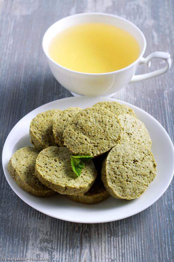 Sencha Kekse mit Matchapulver im Teig, dazu eine Tasse Tee