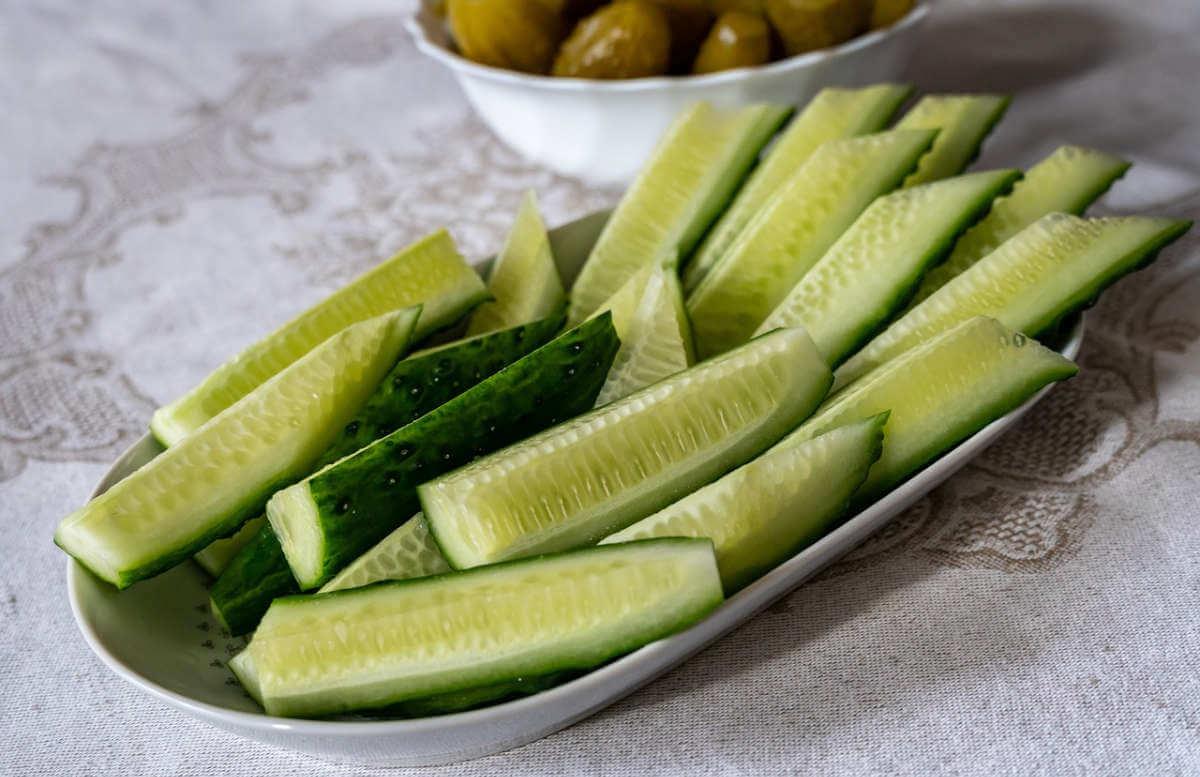 Gurken für einen Sommersalat