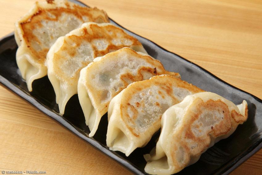 Gyoza sind gefüllte japanische Teigtaschen, die gedämpft und teilweise angebraten (Yaki-Gyoza) werden. Sie sind eine beliebte Vorspeise.