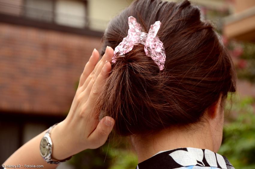 Japanische Haarspange aus Acryl in einer Frisur