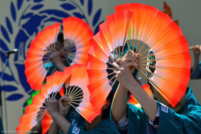 Sensu werden nicht nur zur Abkühlung an heißen Tagen benutzt, sondern auch beim Tanzen. Sie verleihen der Gestik des Tänzers oder der Tänzerin noch mehr Ausdruck.