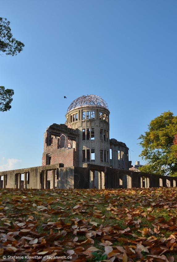 Der Genbaku Dome (Atombombenkuppel) dient heute als Mahnmal des Friedens. Er befindet sich am nördlichen Ende des Friedensparks in Hiroshima.