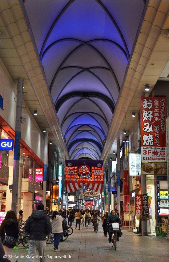 Hiroshima ist mittlerweile eine moderne Großstadt mit Einkaufsstraßen und Hochhäusern. Besonders berühmt ist die Stadt für ihr Okonomiyaki.